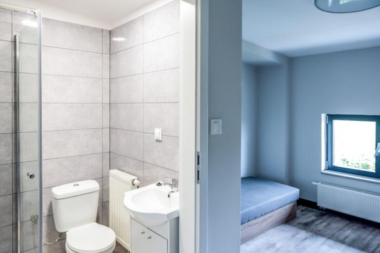 Pasieka Smakulskich - noclegi - zdjęcia wnętrz (Pokoje na 1 piętrze) - zdjęcie toalety i pokoju