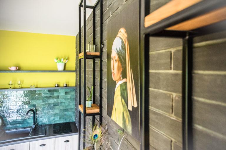 Pasieka Smakulskich - noclegi - zdjęcia wnętrz (Apartament Retro - parter) - zdjęcie aneksu kuchennego, półek i obrazu na ścianie