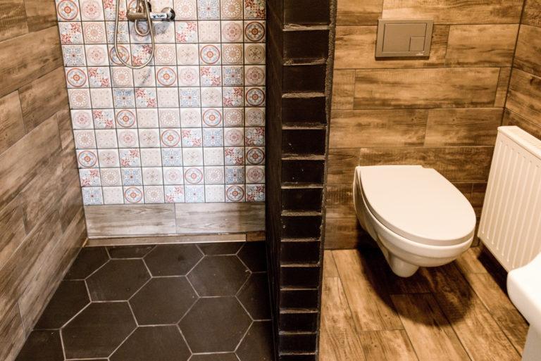 Pasieka Smakulskich - noclegi - zdjęcia wnętrz (Apartament Retro - parter) - zdjęcie prysznica i toalety