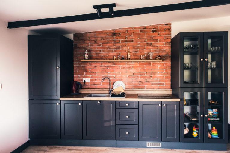 Pasieka Smakulskich - noclegi - zdjęcia wnętrz (Pokoje na 1 piętrze) - aneks kuchenny, półka na przyprawy na ścianie z cegieł