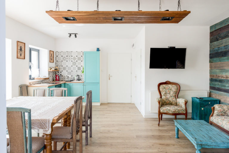 Pasieka Smakulskich - noclegi - zdjęcia wnętrz (Apartament Wiejski - parter) - widok na aneks kuchenny