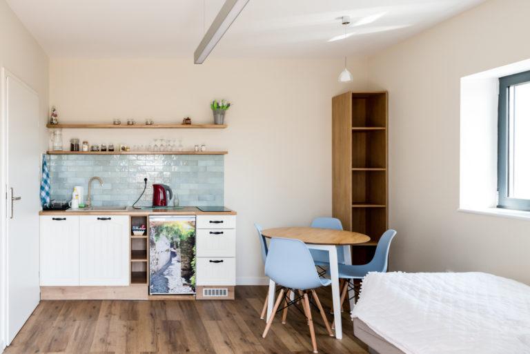 Pasieka Smakulskich - noclegi - zdjęcia wnętrz (Apartament Prowansalski - parter) - aneks kuchenny i stolik kuchenny