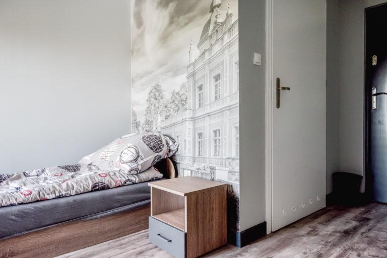 Pasieka Smakulskich - noclegi - zdjęcia wnętrz (pokoje na 1 piętrze) - łóżko z szafką nocną