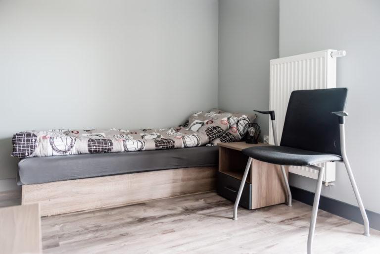 Pasieka Smakulskich - noclegi - zdjęcia wnętrz (pokoje na 1 piętrze) - łóżko z szafką nocną i krzesłem