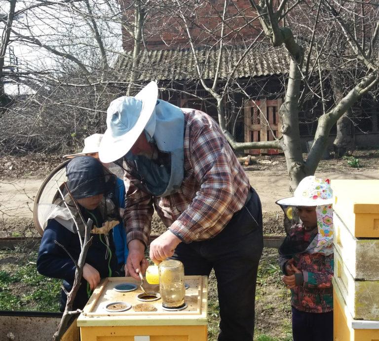 Pasieka Smakulskich - działalność edukacyjna - pszczelarz pokazuje rzemiosło dzieciom