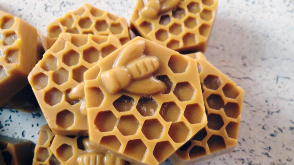 Produkt: Naturalny wosk pszczeli w kształcie plastra miodu z pszczółką - sklep pasiekasmakulskich.pl