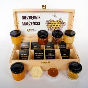 Produkt: Niezbędnik małżeński – miodowy upominek ślubny: drewniana skrzyneczka zawiera 8 naturalnych produktów pszczelich - sklep pasiekasmakulskich.pl