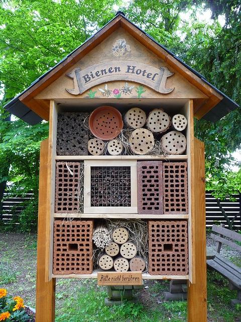 Warsztaty dla dzieci z budowania hoteli dla owadów, to dobry sposób na rodzinne spędzenie czasu